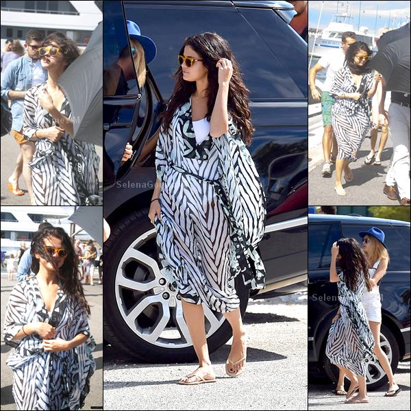 21.07.2014 : Selena a tout d'abord été vue arrivant sur un yatch avec son amie Cara Delevigne à Saint-Tropez. BOF pour Selena. Vos avis ?