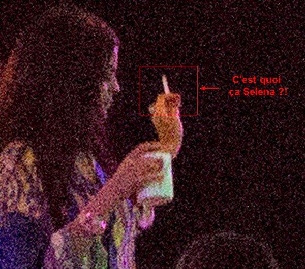 22.07.2014 : Selena a d'abord été photographiée toujours sur le yatch à Saint-Tropez avec des amis. Je n'aime pas son maillot, FLOP pour ma part. Vos avis ?