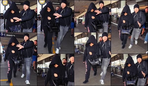 """"""" • 25/01/18   — Sous une énorme capuche noire, Demi Lovato est arrivée à l'aéroport « LAX » qui se trouve à Los Angeles.Après un séjour furtif de seulement deux jours dans la grosse pomme Dem' est déjà de retour chez elle en Californie. Flop pour sa tenue.  """""""