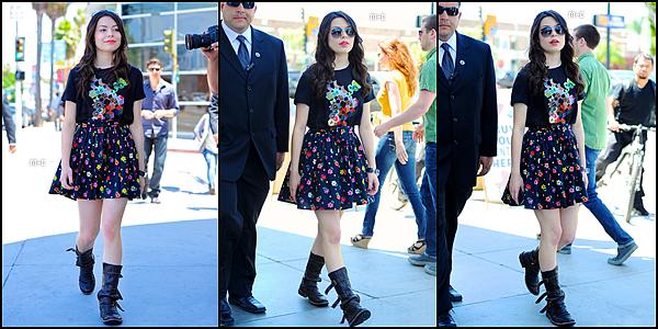 - 29 Mai 2011.___Miranda Taylor Cosgrove a été aperçue, arrivant avec des amis au The Grove dans Los Angeles. FLOP, je trouve que Miranda s'est habillée très mal, il faut faire fort pour mettre du rose avec du noir !^^-