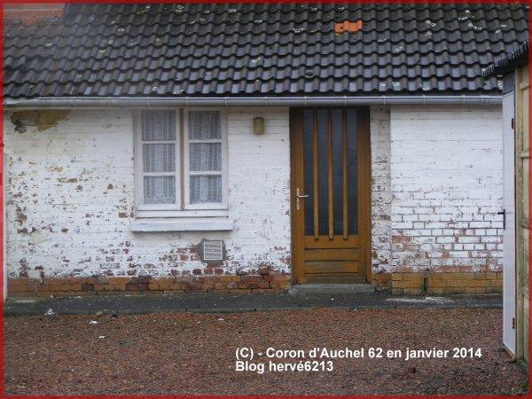 Une maison vouée à la destruction dans les corons d'Auchel. Janvier 2014