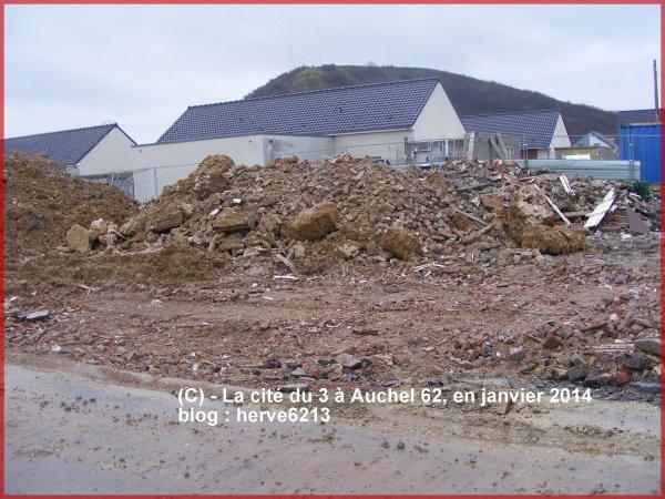 Derrière les ruines, devant le terril d'Auchel, naissance d'un nouveau coron mais sans histoire, sans âme !