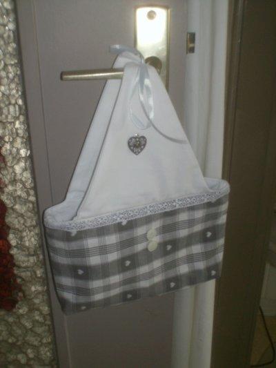 pochette a suspendre en tissu gris petit coeur blog de. Black Bedroom Furniture Sets. Home Design Ideas