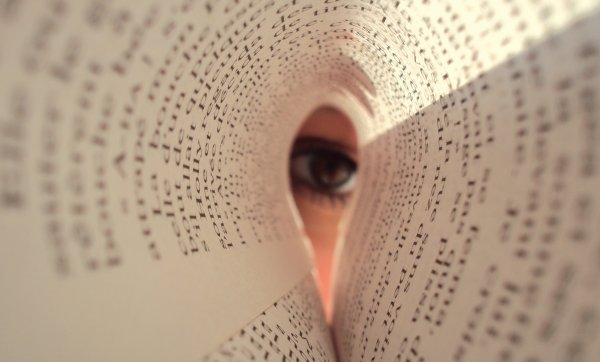 Le regard entre les  pages d'un livre