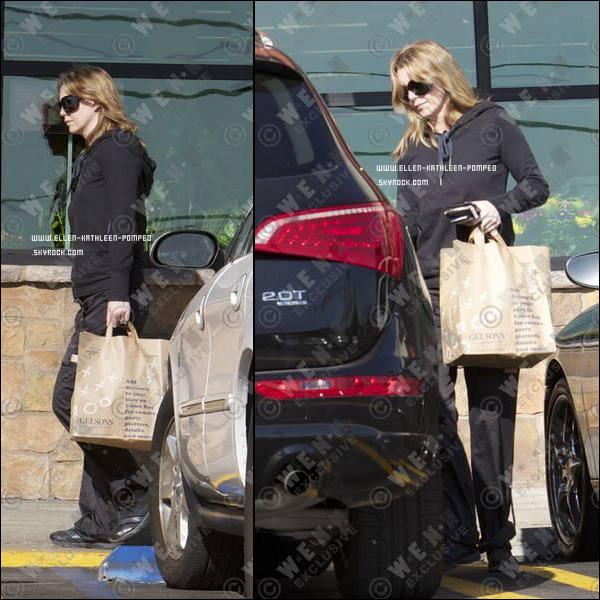 """Le 18 Janvier 2012 - Ellen toute de noir vêtue quittant le centre commercial """"Gelson's Markets"""" à Los Angeles."""