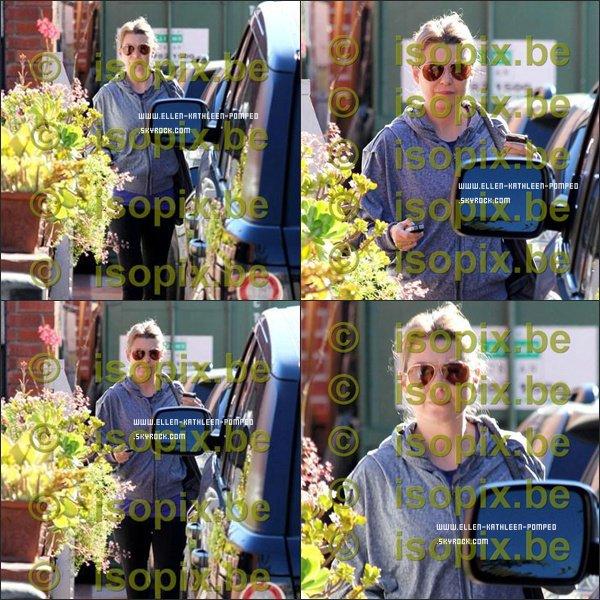 Le 27 Janvier 2012 - Ellen retournant à sa voiture après avoir fait de la gym à Los Angeles. ( Désolée pour la mauvaise qualitée )