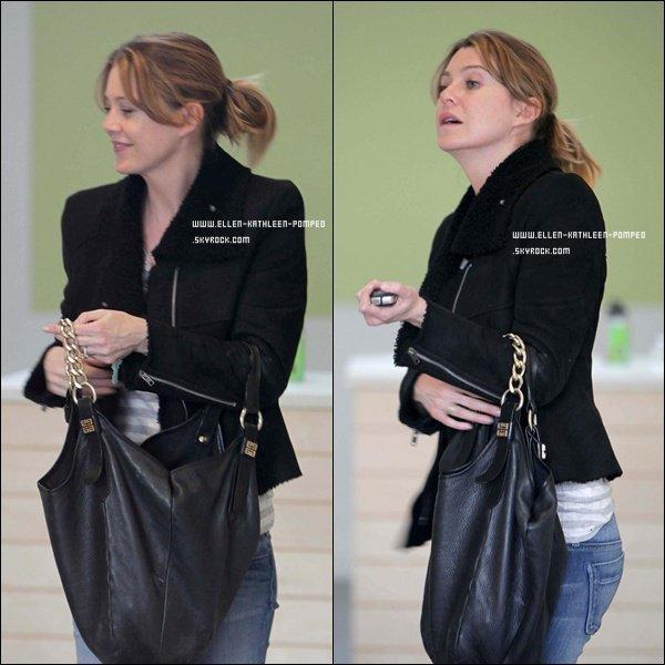 """Le 06 Février 2012 - Ellen achetant du thé dans le magasin """"Matcha Source"""" à Los Angeles."""