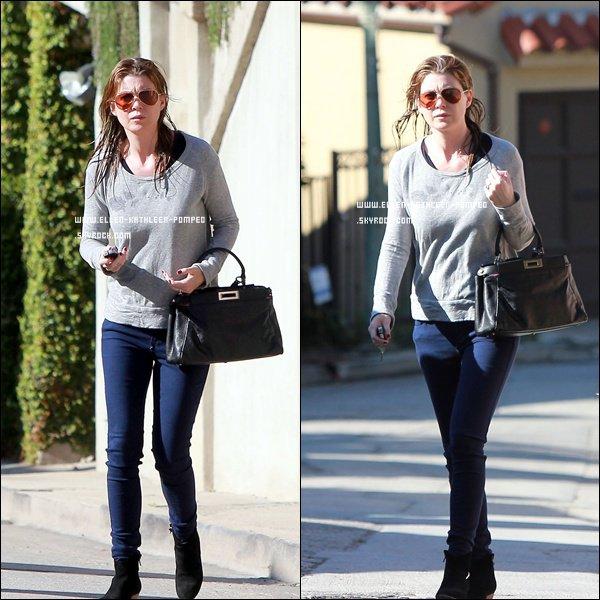 Le 13 Février 2012 - Ellen quittant sa maison avec les cheveux mouillées à Los Angeles.