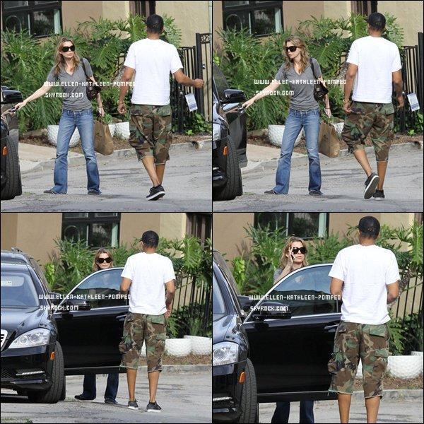 Le 05 Mars 2012 - Ellen et son mari Chris ont chargé la voiture de celle-ci avec un colis, peut être un appareil de cuisine, à Los Angeles.