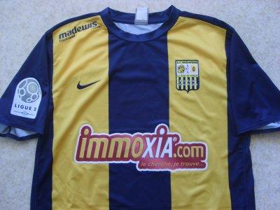 """Superbe maillot """"domicile"""" porté par Sébastien PIOCELLE à Arles-Avignon, en Ligue 2, lors de la saison 2009/2010."""