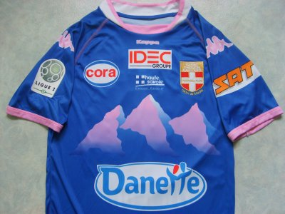"""Maillot """"extérieur"""", porté en Ligue 2 par Claudio CACAPA, à Evian-Thonon-Gaillard, lors de la saison 2010/2011."""