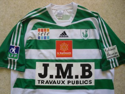 """""""Une île singulière, un club de légende"""". Maillot domicile, porté en Ligue 2 par Mickaël N'DRI, à Sète, lors de la saison 2005/2006."""
