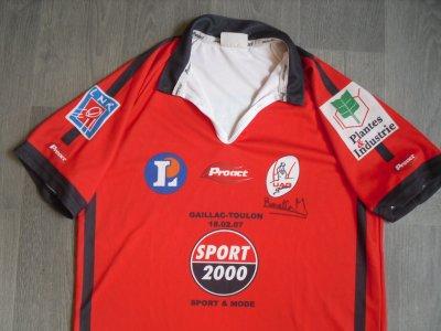 Beau et rare maillot du club de rugby de Gaillac, porté lors de leur unique saison en pro D2, en 2006/2007. Ce maillot a été porté (et dédicacé) par Mathieu BONELLO, qui fera ensuite carrière au Castres Olympique. Maillot porté à Gaillac, face à Toulon (défaite 6-7). Durant cette saison, Gaillac terminera à une très honorable 11ème place (sur 16 équipes), derrière les poids lourds actuels que sont Toulon, La Rochelle, Pau, le LOU ou encore Bordeaux-Bègles, mais devant le Métro Racing (12ème). Maintenu sportivement, le club sera épinglé par la DCNG pour mauvaise gestion financière, déposera le bilan, et sera finalement rétrogradé en Fédérale 3 en fin de saison.