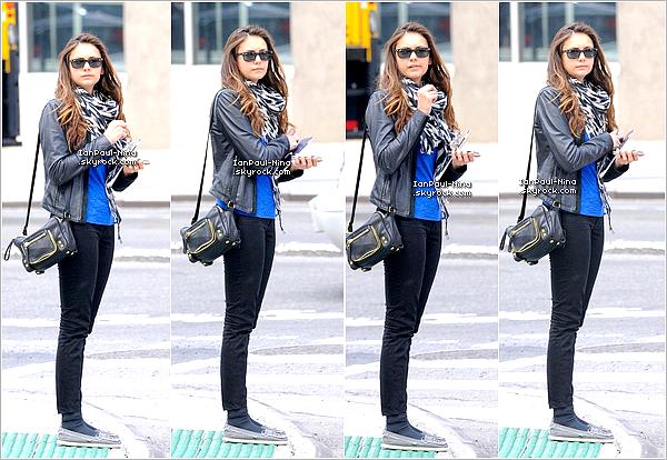 07/05 : Notre Nina a été aperçu en train d'attendre un Taxi à New York.