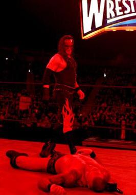 Kane attaque Randy Orton