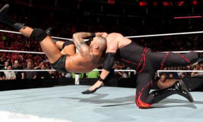 Randy Orton attaque Kane