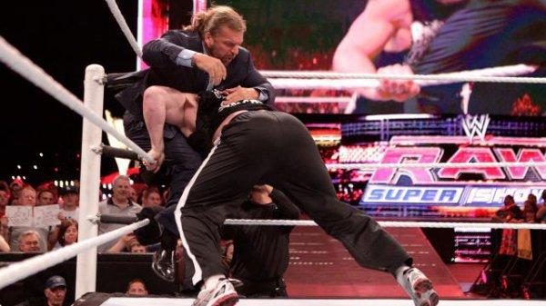 Brock Lesnar Attaque Triple H
