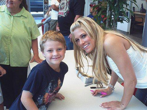 KELLY KELLY ET UN FAN .