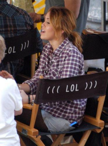 26 aout 2010 : Miley sur le tournage de LOL à American Coney Island à Detroit.