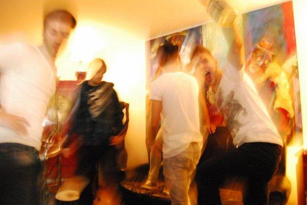 Une soirée de Folie passée àah Leur cotes .. Des moments exceptionnelle .. Des moments de fou rire .. Leiy Bierres pff Danh quel état elles vous ont miy =)