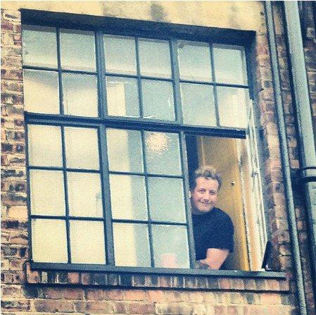 Tré cool qui fais des coucou par la fenêtre Mdrr