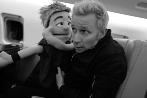 Mike et sa muppet qui lui dire des secrets dans les oreilles haha