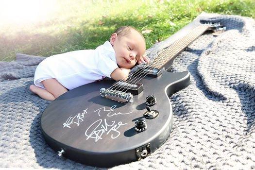 Green Day donne une guitare à un bébé québécois!