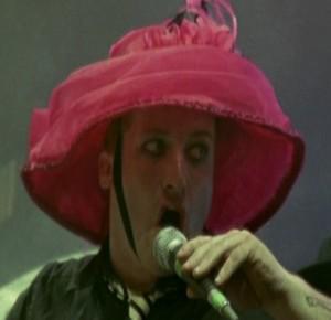 Tré avec un beau chapeau rose