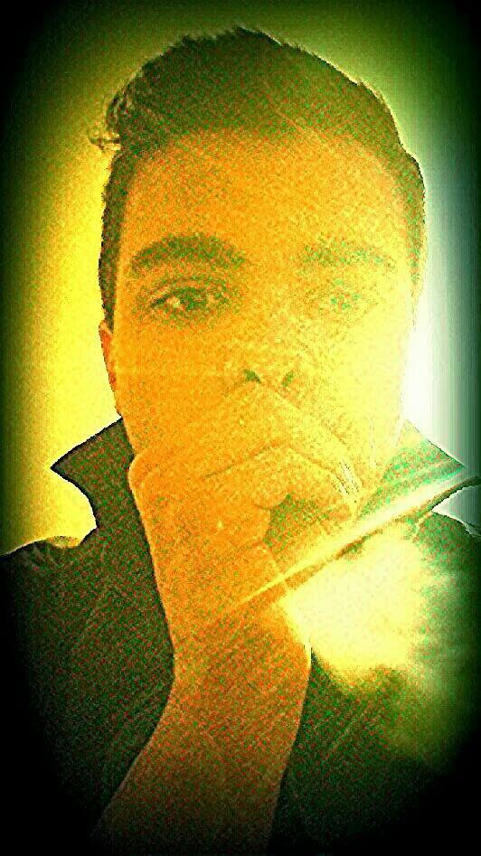 Jaimerai être une cigarette, touché ta bouche, vivre au creux de tes mains et mourrir a t's pied.. ♡