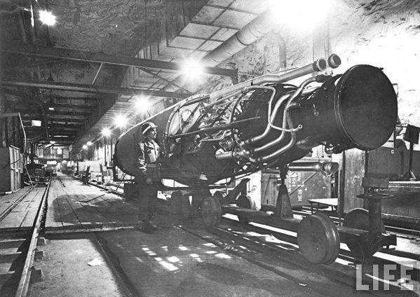 Soldat Américain stupéfié devant une fusée V2 A4 dans une carrière souterraine