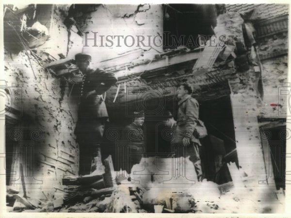 Gendarme et Soldat Français cherchant des survivant après le bombardement Allemand du 10 Mai 1940 Méry sur Oise