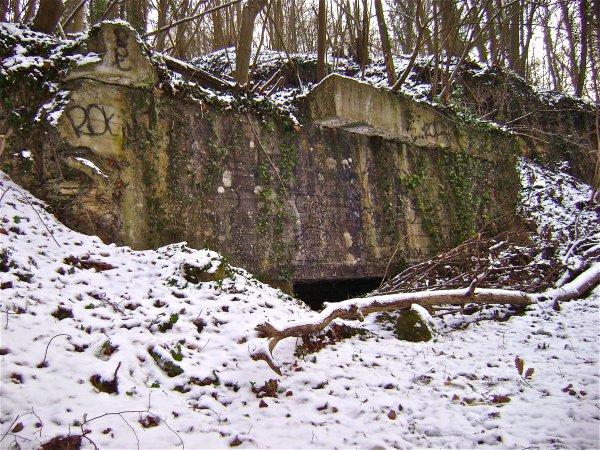 Détail de l'entrée et du béton soufflé lors d'un bombardement en 1944