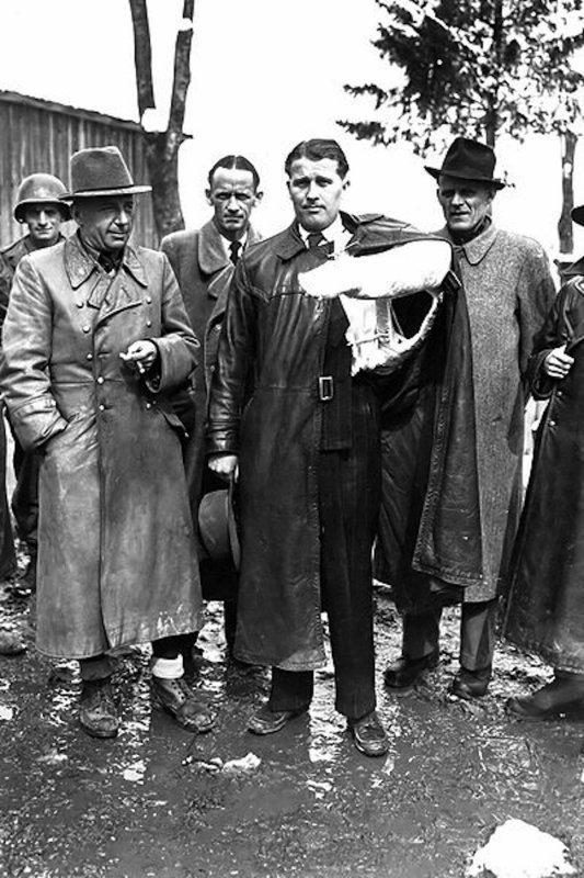 Général alliées stupéfié inspectant une fusée V2 sur une chaine de montage dans une carrière souterraine