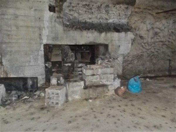 Sasse blindé d'un puits de ventilation converti en cheminé de chaudière par les champignonniste