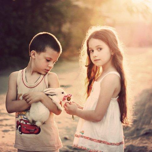 - La personne qui remonte le moral des autres et qui contribue au bonheur général est souvent la personne la plus triste et seule, alors ne l'abandonnez pas, car elle n'avouera jamais qu'elle a besoin de vous.