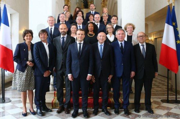 Découvrez la première photo de famille du gouvernement Philippe !...