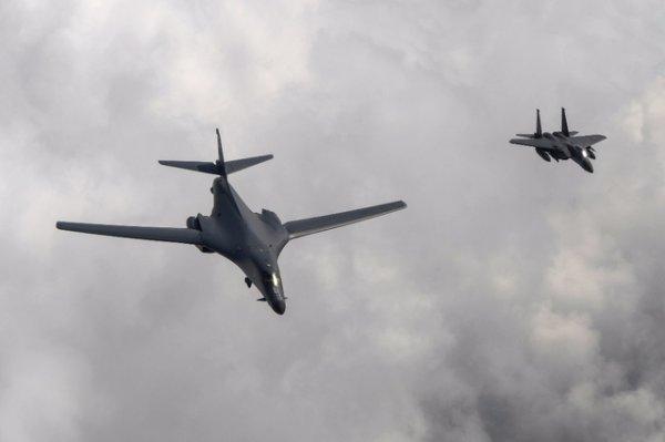 """Spécial """"Deux bombardiers US dans le ciel coréen..."""" - Image n° 1/2 !..."""