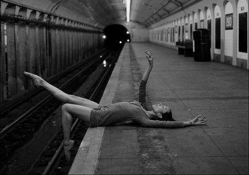 Avec le temps, le déni la colère et le marchandage se transformeront en dépression. Dans cette période, le sentiment d'abandon est amplifié et peut sembler insoutenable. Dans cette période, il n'est pas rare que les sujets perdent leur confiance et leur espoir. Mais ce mal-être fini par aboutir, avec le temps, à la phase finale de l'acceptation. Le sujet accepte que ce qu'il a perdu ne pourra lui revenir, mais que sa vie continue malgré tout quand bien même elle sera très différente.
