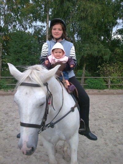Moii Avec la petite soeur a cheval