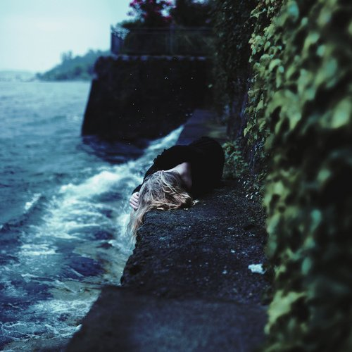 La vérité c'est que ça fera toujours mal. Tu n'arriveras jamais à passer au dessus de la perte de quelqu'un que tu as aimé, mais tu apprendras à vivre avec elle. Tu guériras tes blessures et te reconstruiras autour du vide qui t'aura fait souffrir. Et un jour tu te sentiras à nouveau entier. Mais tu ne seras jamais le même... D'ailleurs, tu ne devrais pas être comme avant, et tu ne le souhaiteras pas non plus.