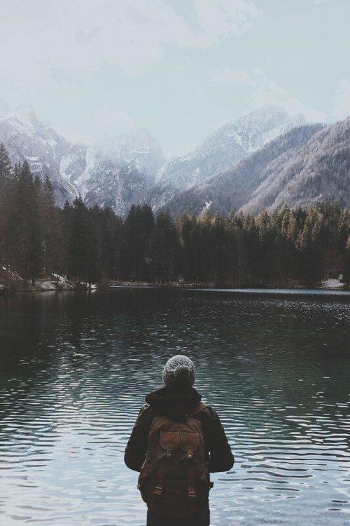 N'attendez pas que l'on vous rende quelque chose, n'attendez pas que l'on comprenne votre amour. Vous devez clore des cycles, non par fierté, par orgueil ou par incapacité, mais simplement parce que ce qui précède n'a plus sa place dans votre vie. Faites le ménage, secouez la poussière, fermez la porte, changez de disque. Cessez d'être ce que vous étiez et devenez ce que vous êtes.