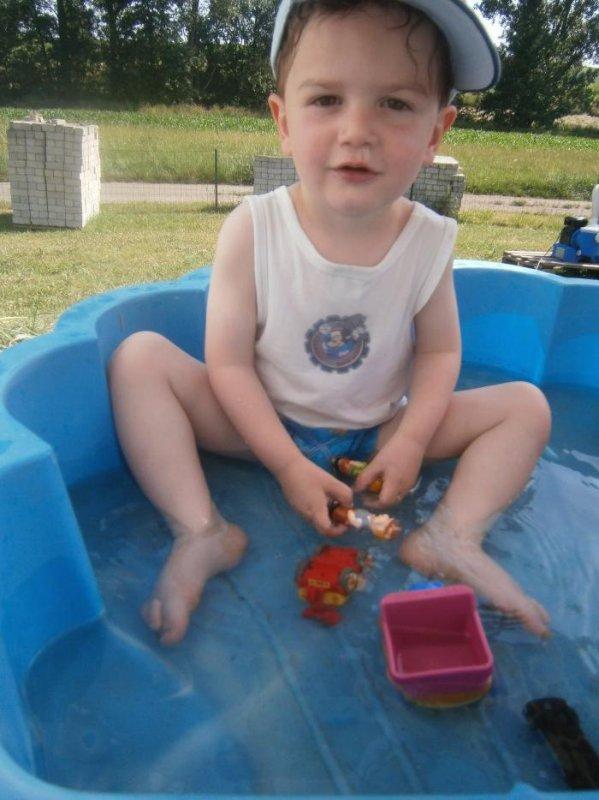 vive la piscine et notre maitre nageur Ryan qui quitte pas l'échelle