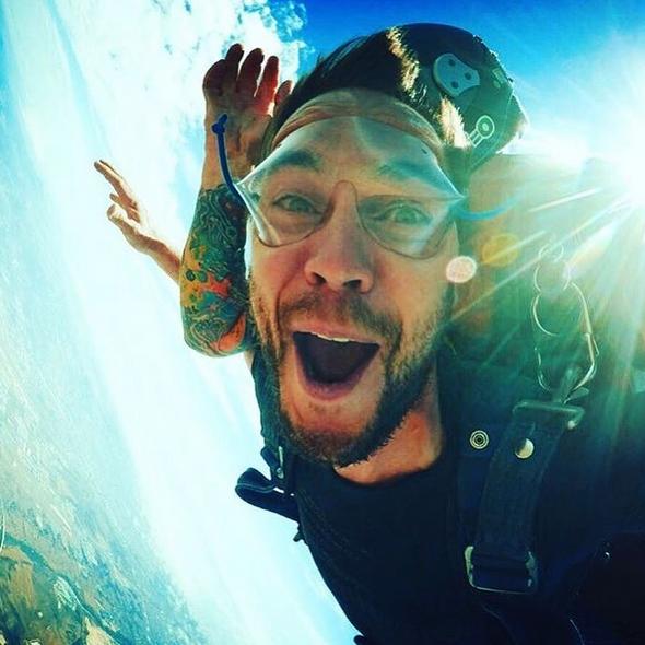 Taylor a été faire un saut en parachute avec Peter Berg (réalisateur de FNL et de Battleship ) - le 31 Juillet -