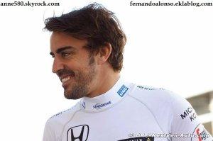 Alonso regarde dans son rétroviseur