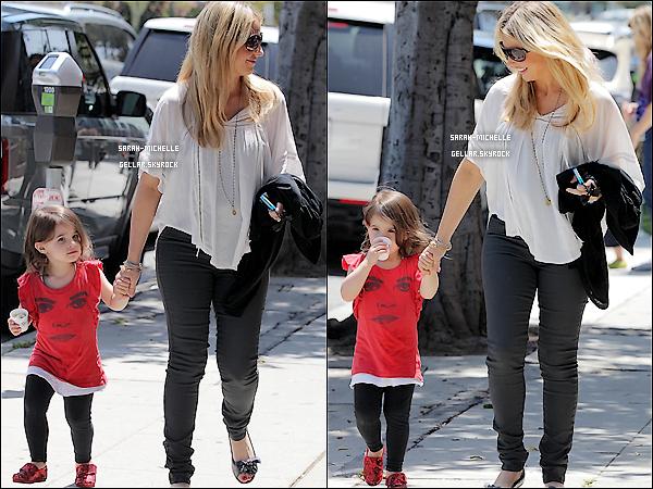 11/05/12 : Sarah et sa petite Charlotte se promenaient dans les rues de Los Angeles, avec le sourire.
