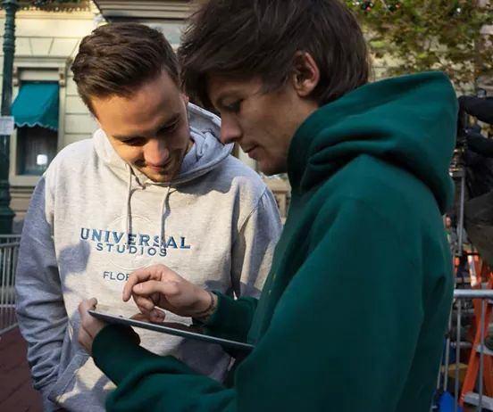 Louis et Liam regarde une feuille