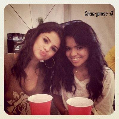 """27 aout : Selena est passé dans la station radio Z 103.5. Selena fait aussi la couverture du magazine australien """"Girlfriend"""".Selena a postée une nouvelle photo sur instagram! Retrouvez Selena dans les coulisses de son concert à Toronto."""