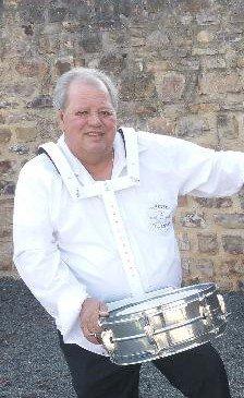 Jean Pierre batteur de l orchestre folklore musette  variété/dj Eric Andre 1 à 4 ou 5 musicien( s )