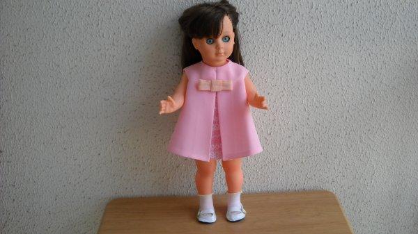 Marie-Françoise en robe rose bonbon.