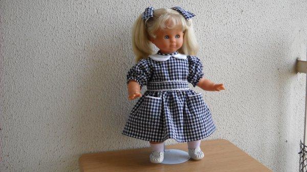 Cécile dans sa robe de petite fille modèle.